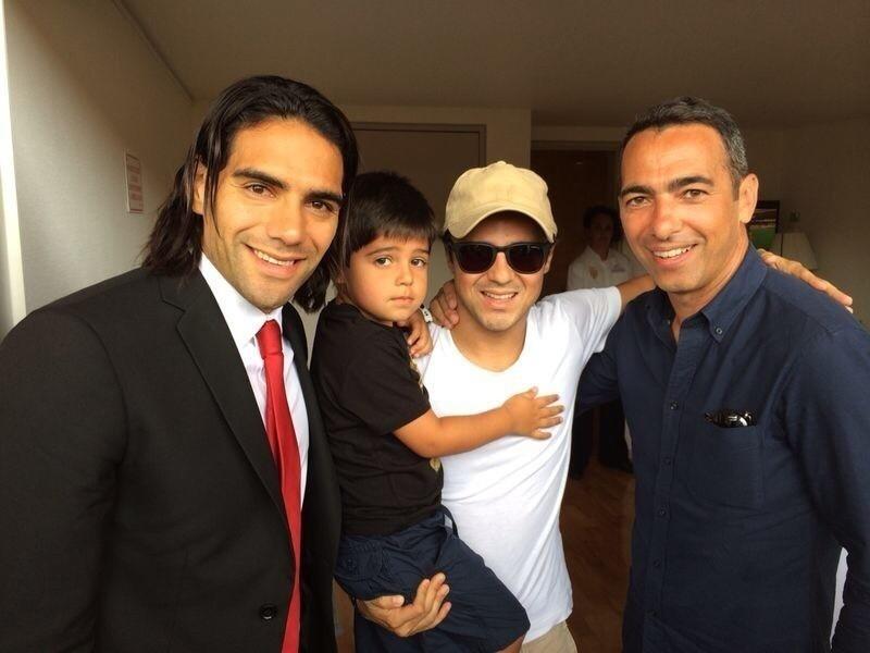 Atacante do Monaco, Radamel Falcao Garcia, tira foto com Felipe e Felipinho Massa e o ex-jogador Djorkaeff durante jogo do clube pelo Campeonato Francês.
