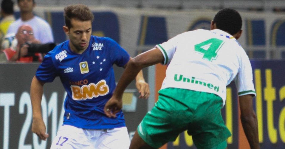 Everton Ribeiro enfrenta marcador. Time mineiro bateu o Chapecoense no Mineirão neste sábado