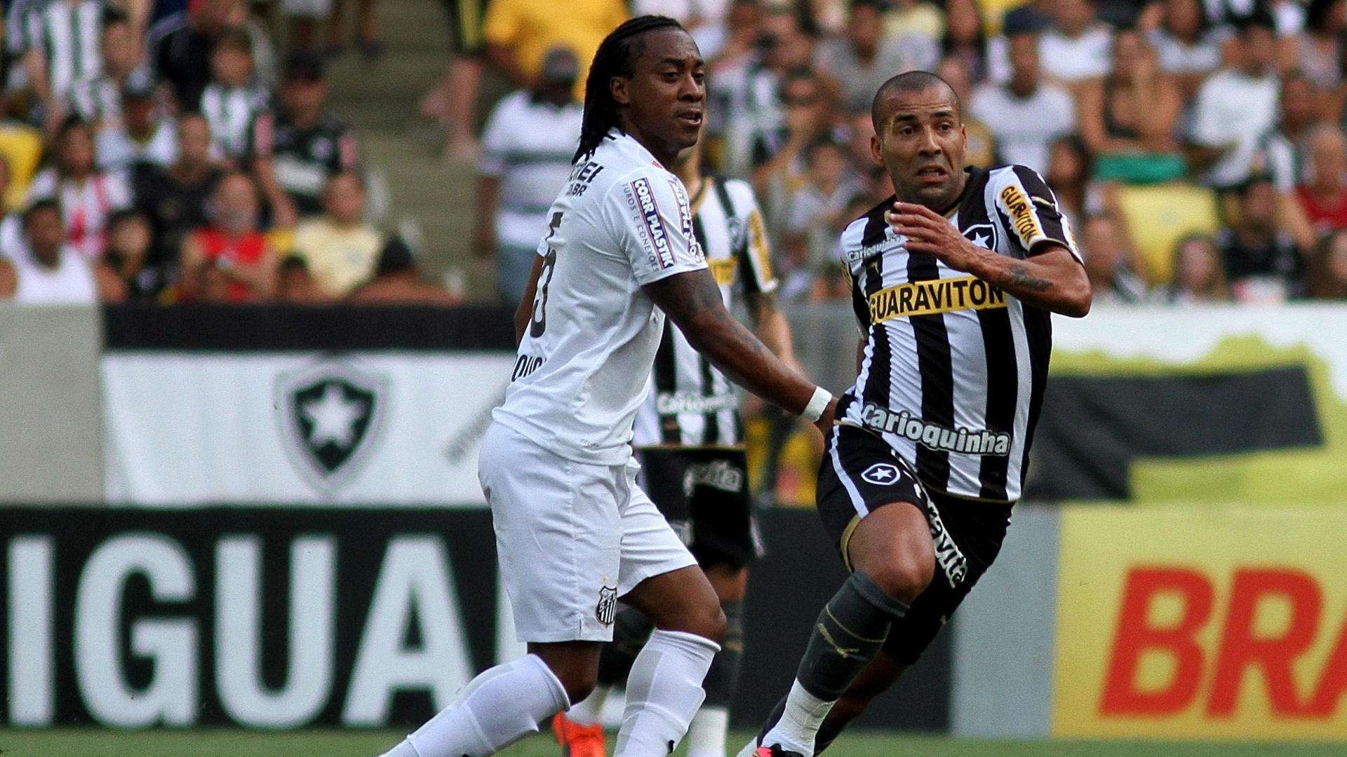 ef8b5cbbb1 Emerson Sheik tenta se livrar da marcação de Arouca durante duelo entre  Botafogo e Santos no