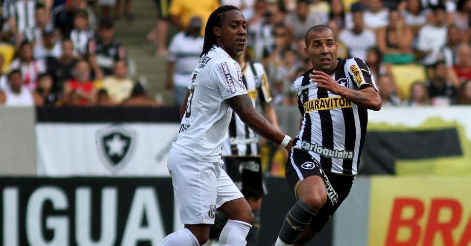 Emerson Sheik tenta se livrar da marcação de Arouca durante duelo entre Botafogo e Santos no Maracanã