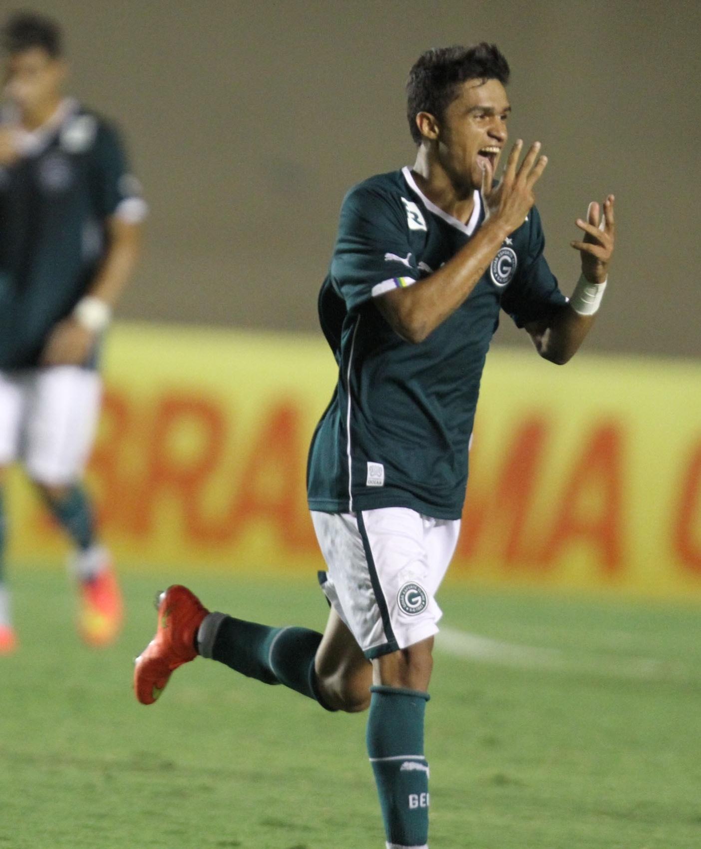 Erik comemora um de seus três gols na vitória do Goiás sobre o Atlético-PR