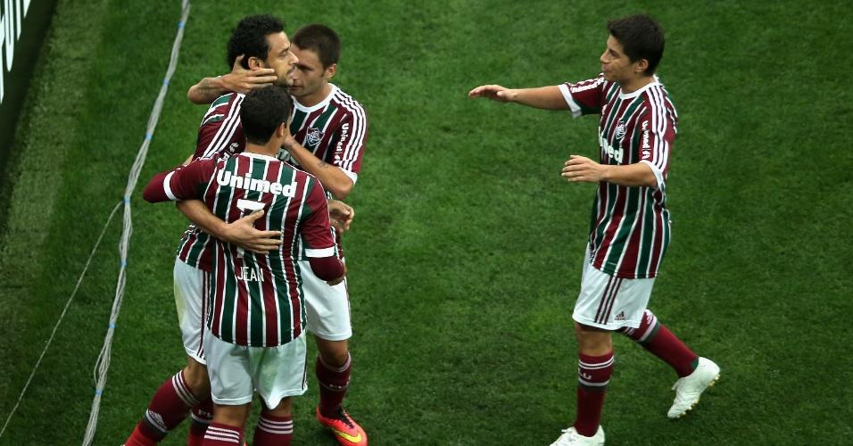 Fred é abraçado por companheiros após abrir o placar para o Flu sobre o Corinthians