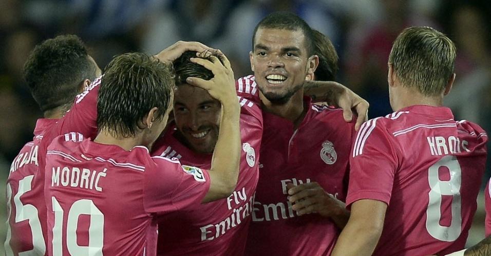 Jogadores do Real Madrid cercam Sergio Ramos que marcou o primeiro do time na partida contra a Real Sociedad