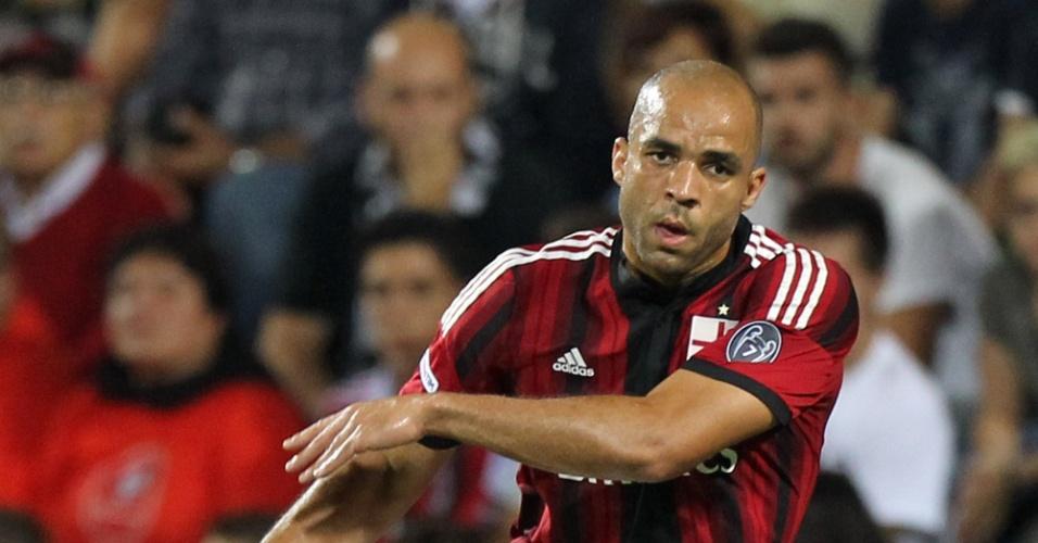 O brasileiro Alex que é zagueiro do Milan