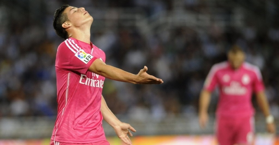 O meia James Rodriguez, do Real Madrid, lamenta a derrota para o Real Sociedad, por 4 a 2