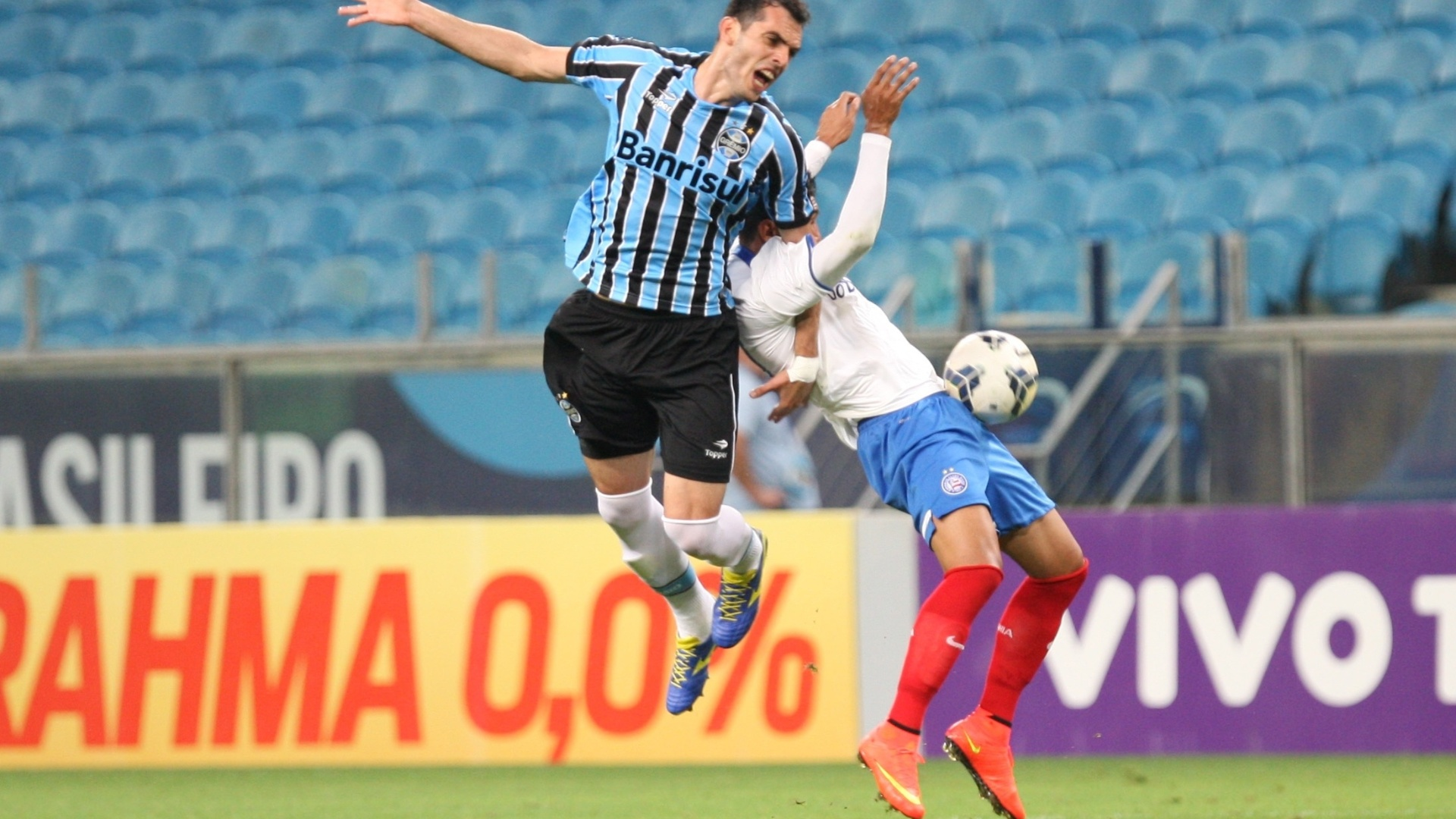 Rhodolfo disputa bola pelo alto com jogador do Bahia