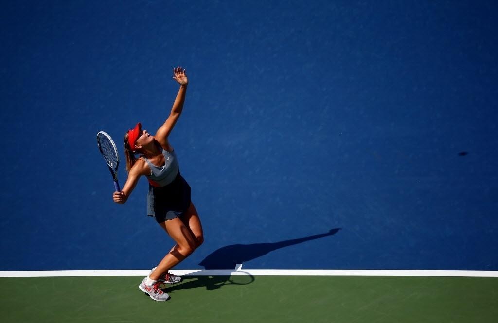Sharapova saca em jogo contra Caroline Wozniacki em partida do US Open