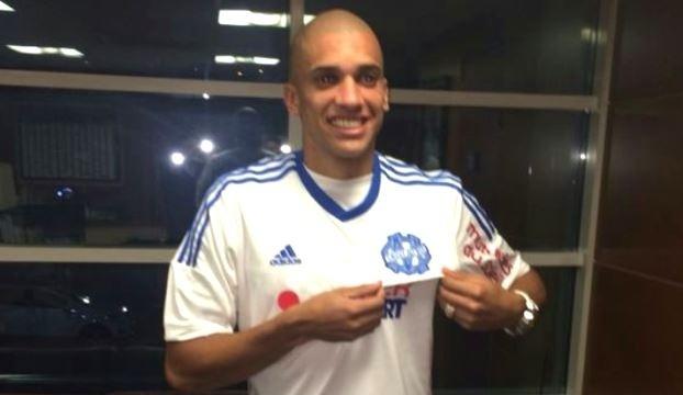 Dória veste a camisa do Olympique de Marseille, com quem assinou por cinco anos