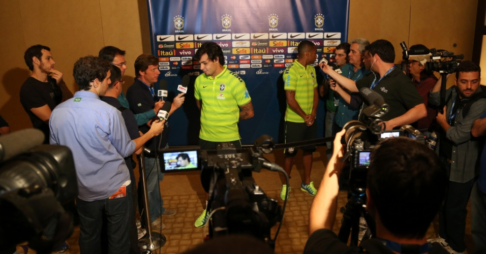 2. set. 2014 - Ricardo Goulart e Robinho falam com a imprensa, em Miami, onde a seleção brasileira enfrenta a Colômbia, nesta sexta (5)