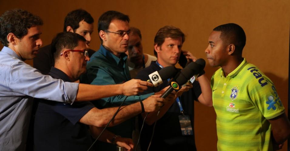 2. set. 2014 - Robinho conversa com jornalistas em Miami, nos EUA, onde a seleção brasileira enfrenta a Colômbia nesta sexta (4)