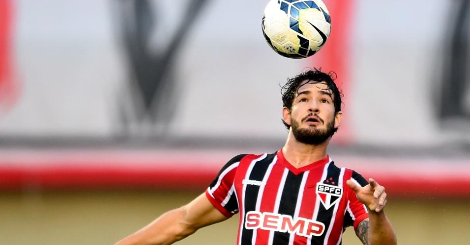 Alexandre Pato tenta domínio de bola durante partida entre São Paulo e Goiás, pelo Campeonato Brasileiro