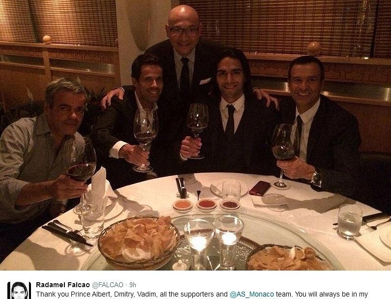 Falcao García comemora acerto com o Manchester United em restaurante chinês
