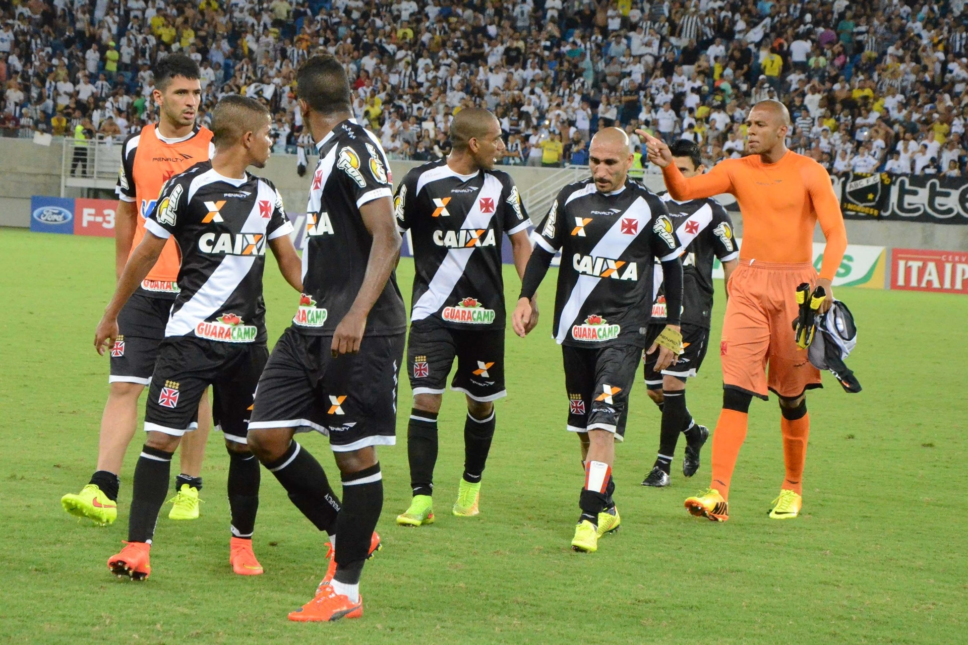 a38d44299a Zagueiro Rodrigo acumula discussões com jovens do Vasco em 2014 - 19 10 2014  - UOL Esporte