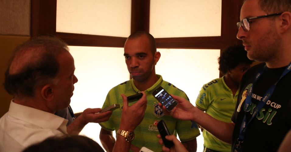 03. set. 2014 - Diego Tardelli é cercado por jornalistas durante coletiva da seleção brasileira em Miami