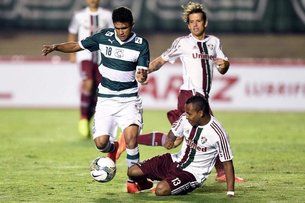 Chiquinho desarma Erik na partida entre Fluminense e Goiás pela Sul-Americana