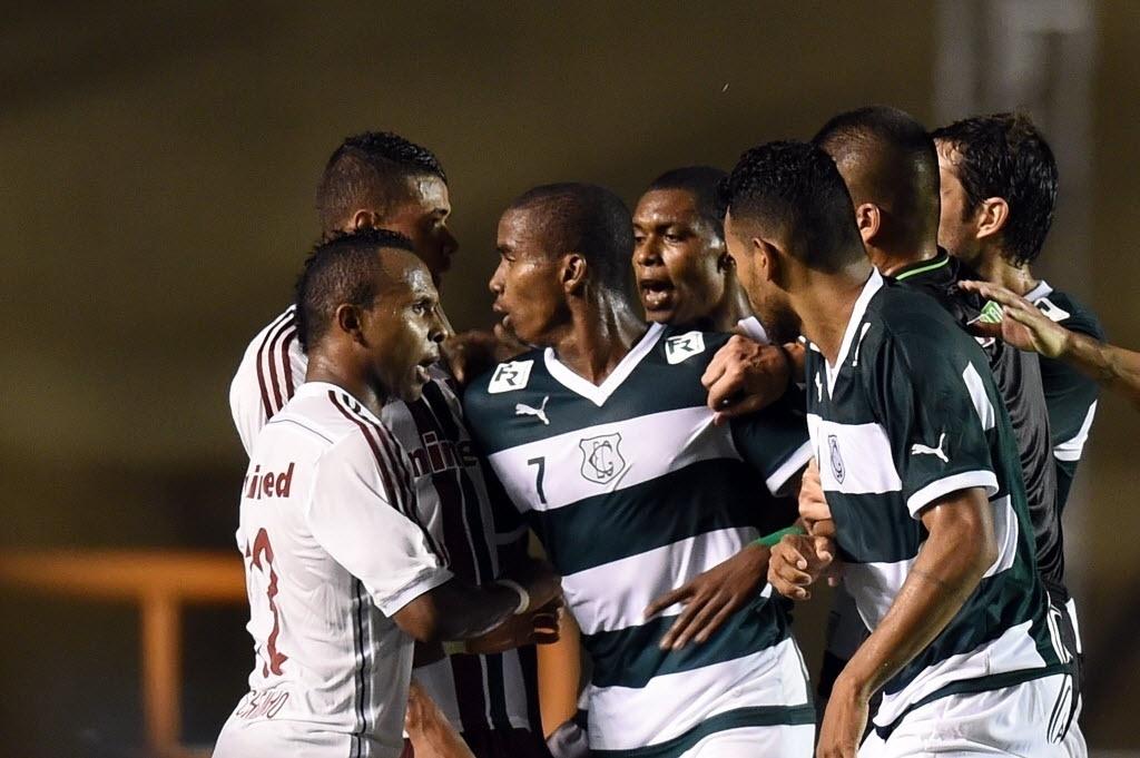 Jogadores de Goiás e Fluminense brigam em partida pela Copa Sul-Americana