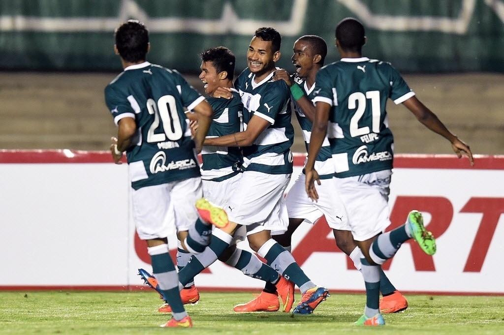 Jogadores do Goiás comemoram gol contra o Fluminense pela Sul-Americana