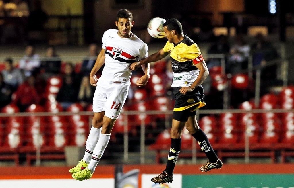 Alan Kardec disputa bola de cabeça na partida entre São Paulo e Criciúma pela Sul-Americana