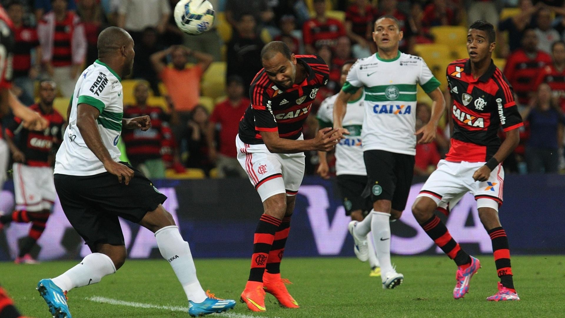 Alecsandro desvia bola de cabeça na partida entre Flamengo e Coritiba