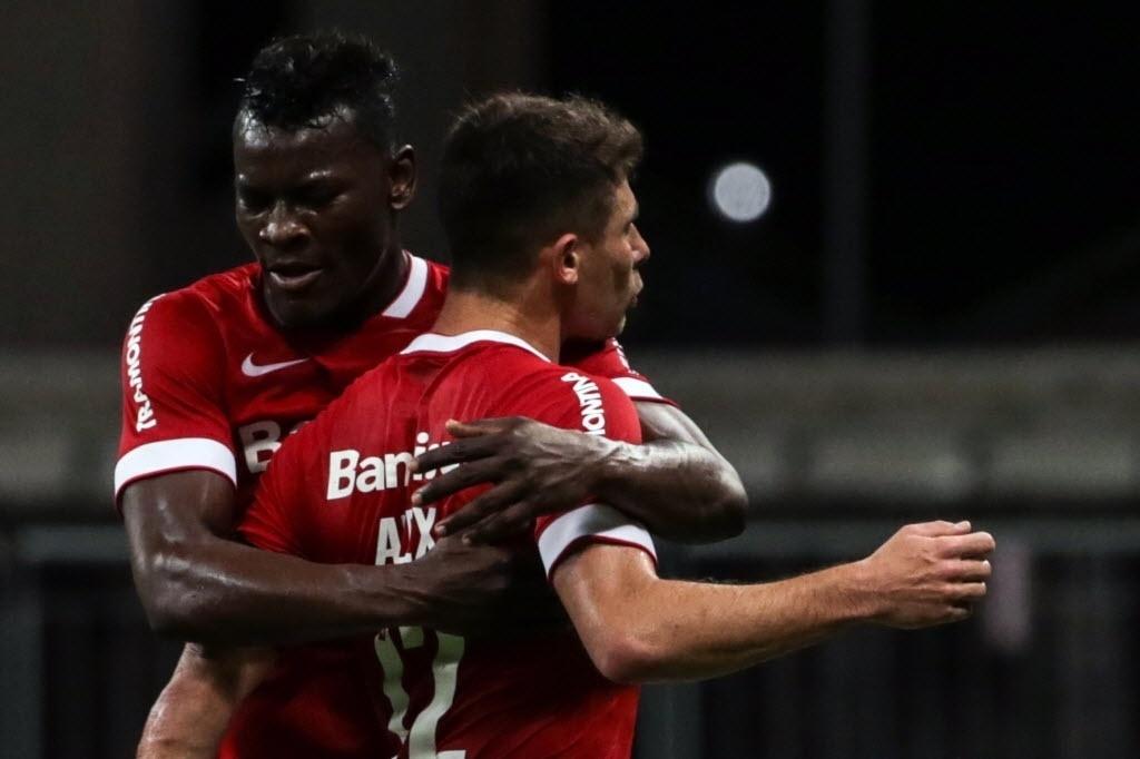 Alex comemora gol do Inter contra o Bahia pela Sul-Americana