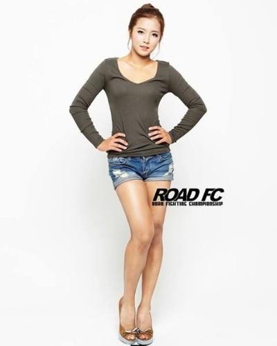 Aos 19 anos, Song Ga Yeon era apenas uma ring girl do evento coreano Road FC. Tudo mudou no último mês de agosto: ela estreou como lutadora, na luta principal de um card, e venceu em apenas 2minutos