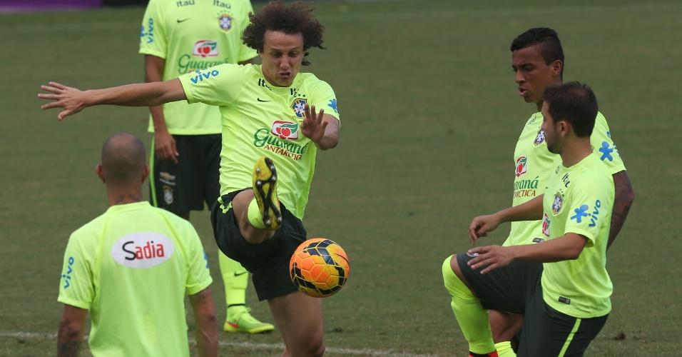 David Luiz acerta bola em roda com os companheiros