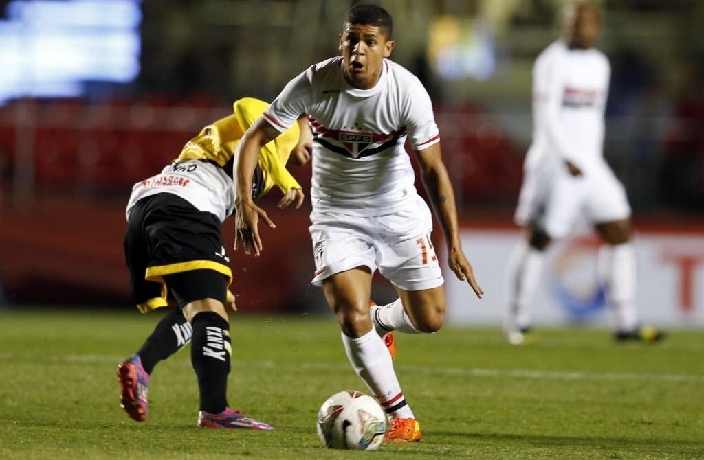 Denilson faz jogada para o São Paulo contra o Criciúma pela Copa Sul-Americana