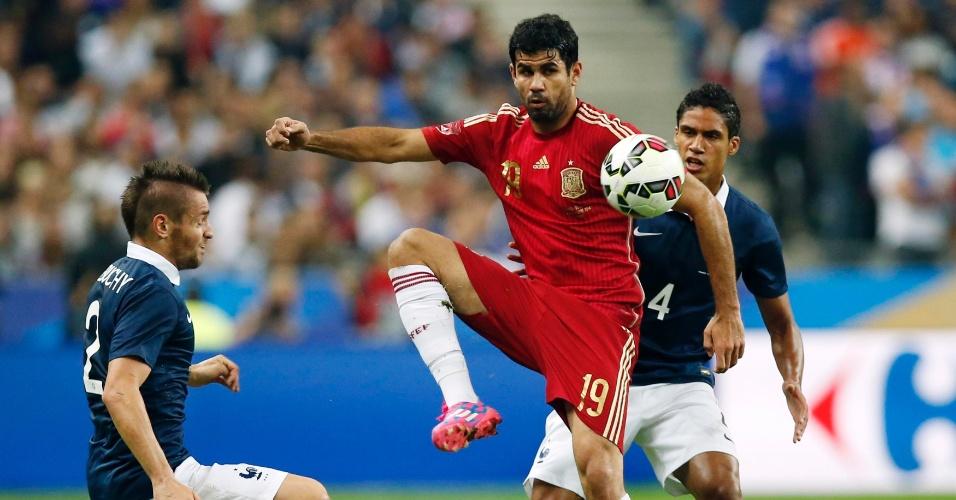 Diego Costa protege a bola contra a marcação de Varane
