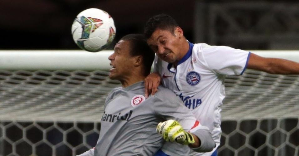 Diego Macedo e Dida disputam bola na partida entre Inter e Bahia pela Sul-Americana