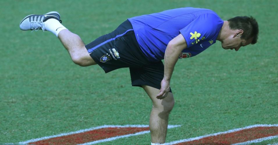 Dunga faz alongamento antes de treinamento da seleção