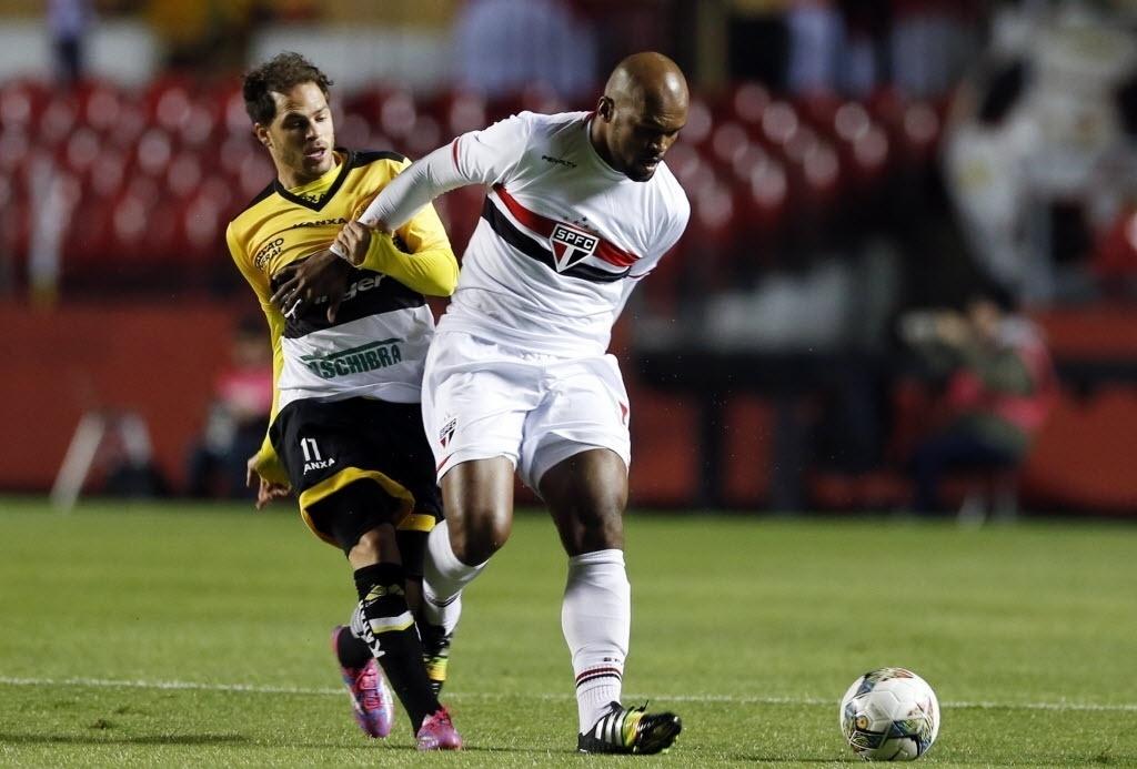 Edson Silva protege a bola de Silvinho em partida entre São Paulo e Criciúma