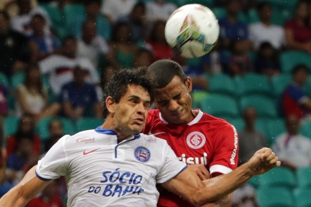 Fahel disputa bola de cabeça na partida entre Bahia e Inter pela Sul-Americana