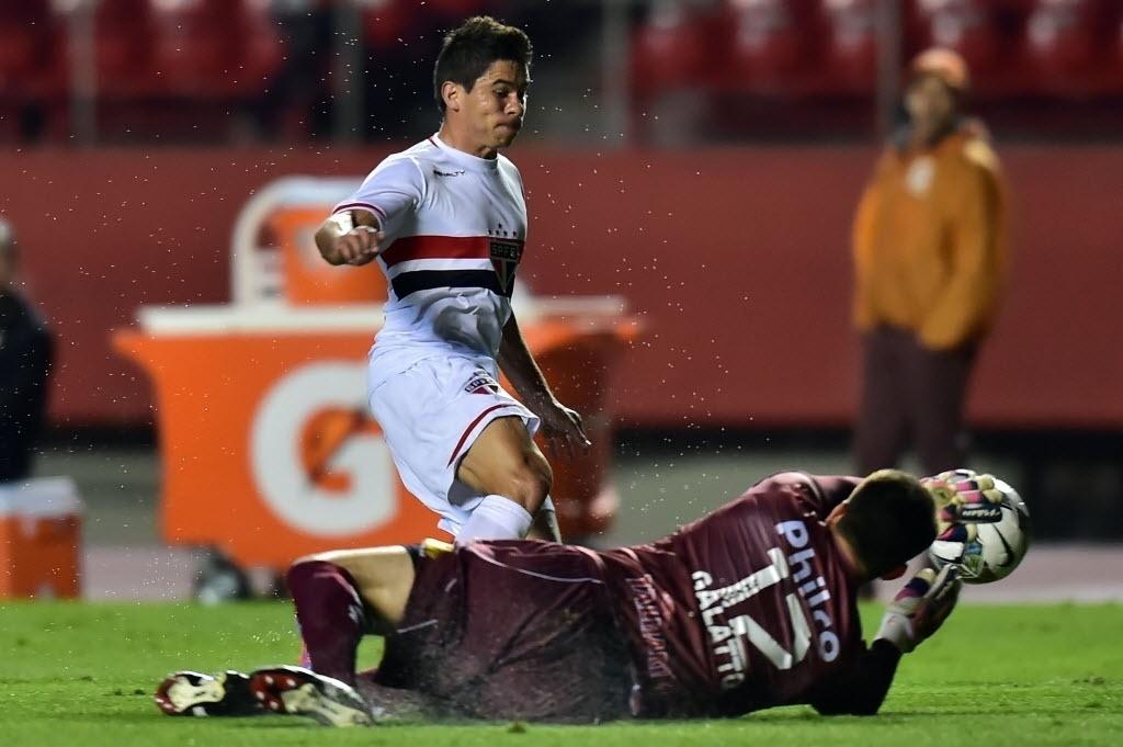 Galatto sai nos pés de Osvaldo e evita jogada do São Paulo contra o Criciúma