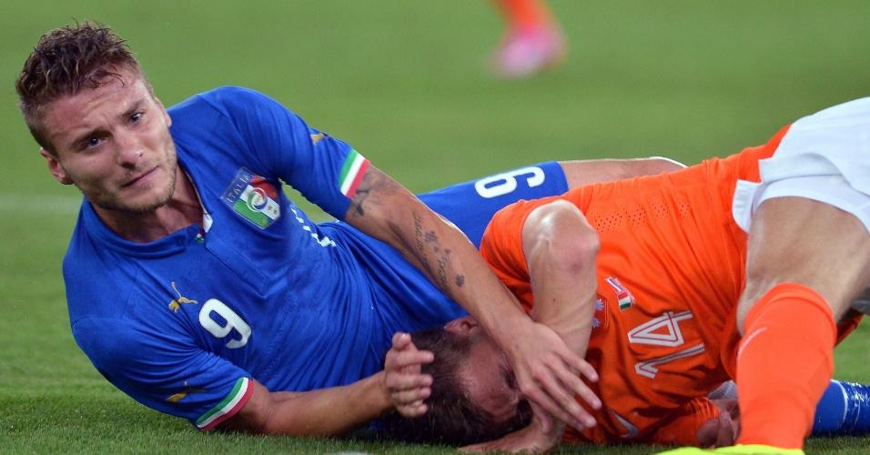 Immobile e Veltman disputam a bola no chão durante amistoso internacional