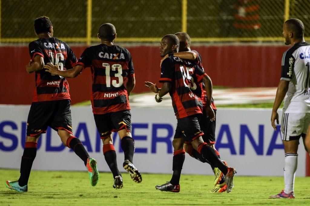 Jogadores do Vitória comemoram gol contra o Sport