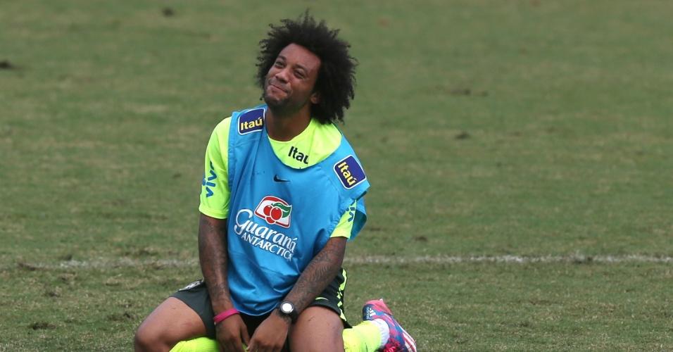 Marcelo sorri ao cair em treinamento do Brasil