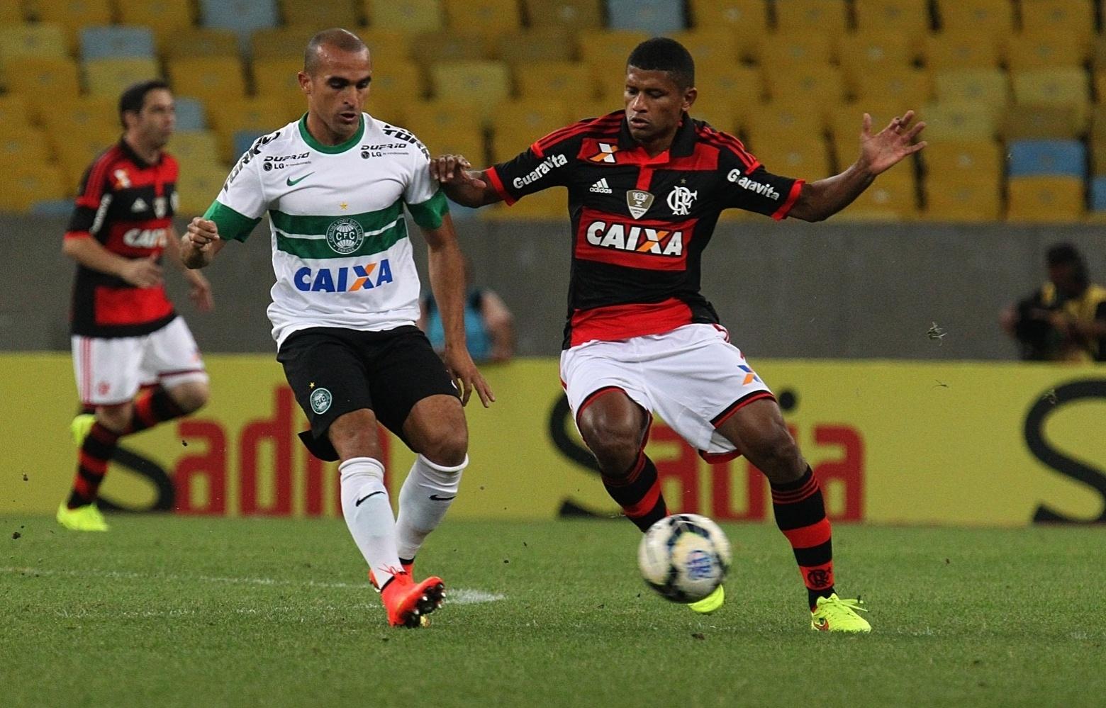 Marcio Araújo e Gil disputam bola na partida entre Flamengo e Coritiba