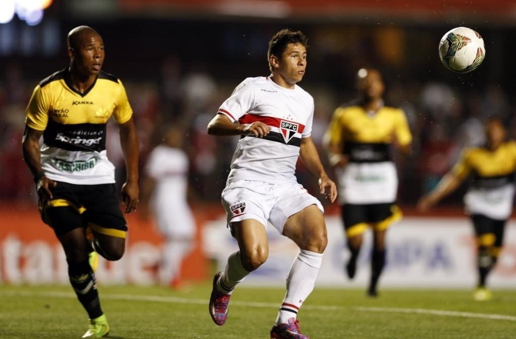 Osvaldo faz jogada pelo São Paulo contra o Criciúma pela Copa Sul-Americana