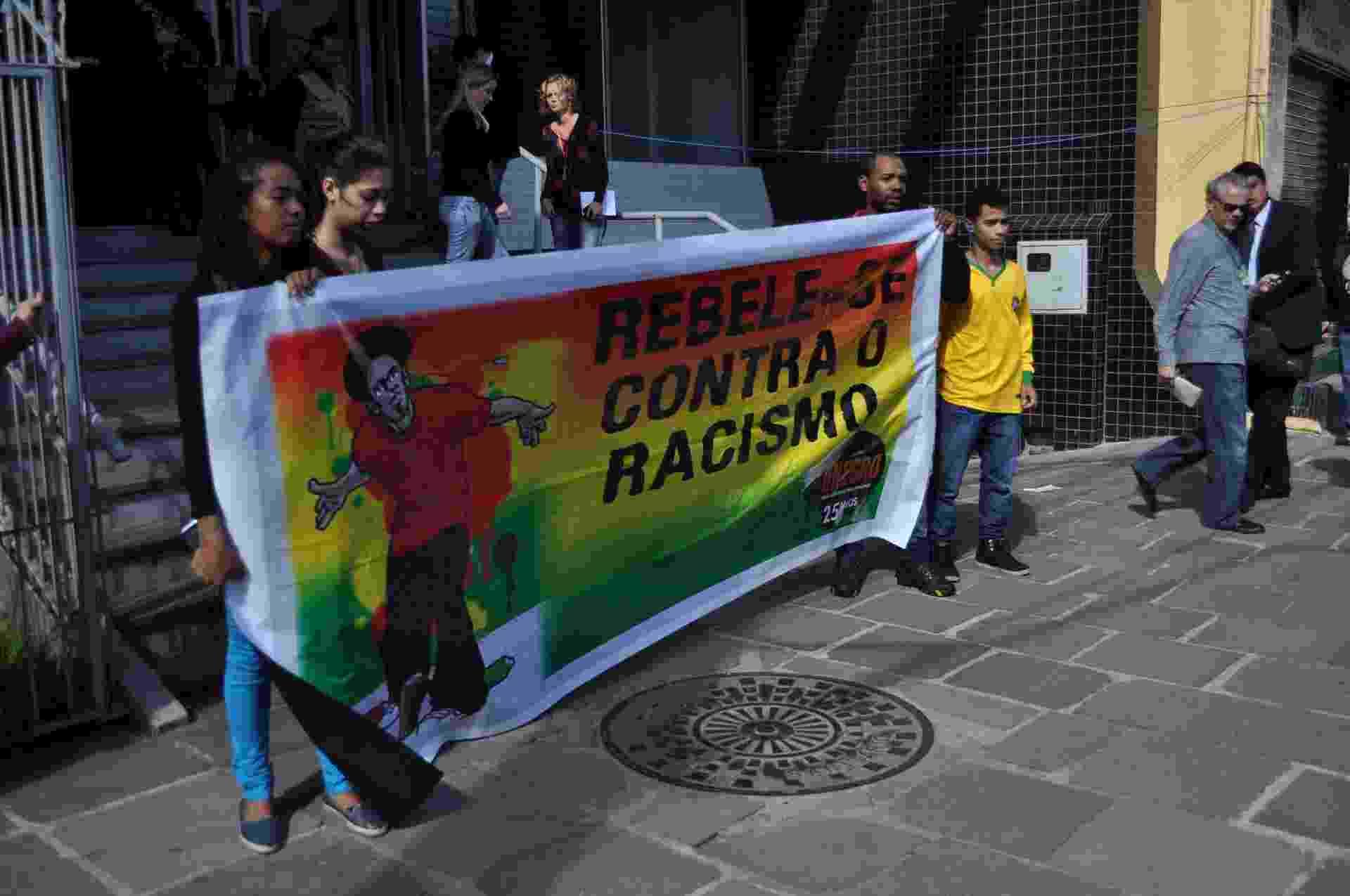 Protesto marca chegada de gremista acusada de racismo - Marinho Saldanha/UOL
