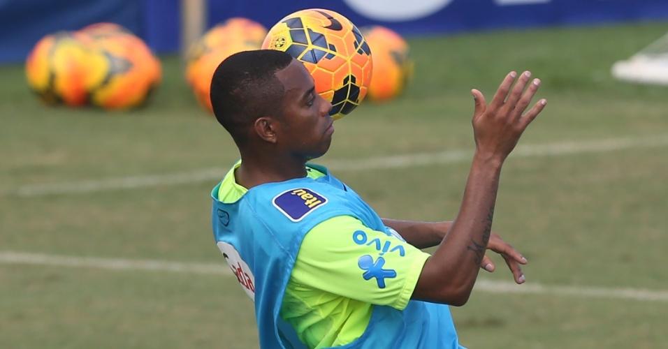 Robinho domina bola no peito em sua volta à seleção brasileira