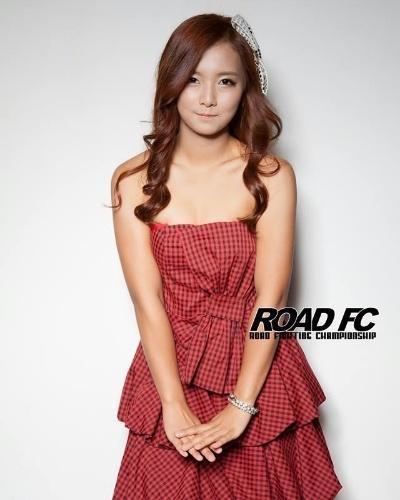 Song Ga Yeon como ring girl. Ela, que já participou de um reality show estilo BBB na Coreia do Sul, agora virou lutadora e estreou vencendo