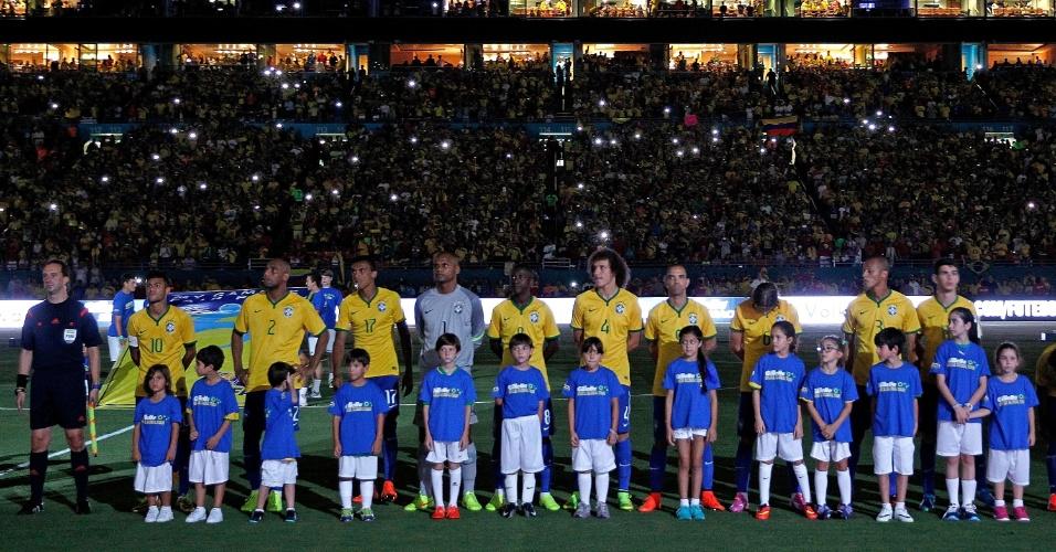 Jogadores do Brasil perfilados antes do início do amistoso