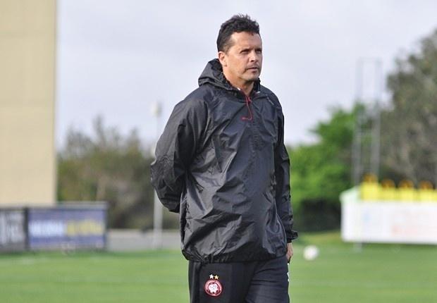 O técnico Claudinei Oliveira comanda o primeiro treino pelo Atlético-PR