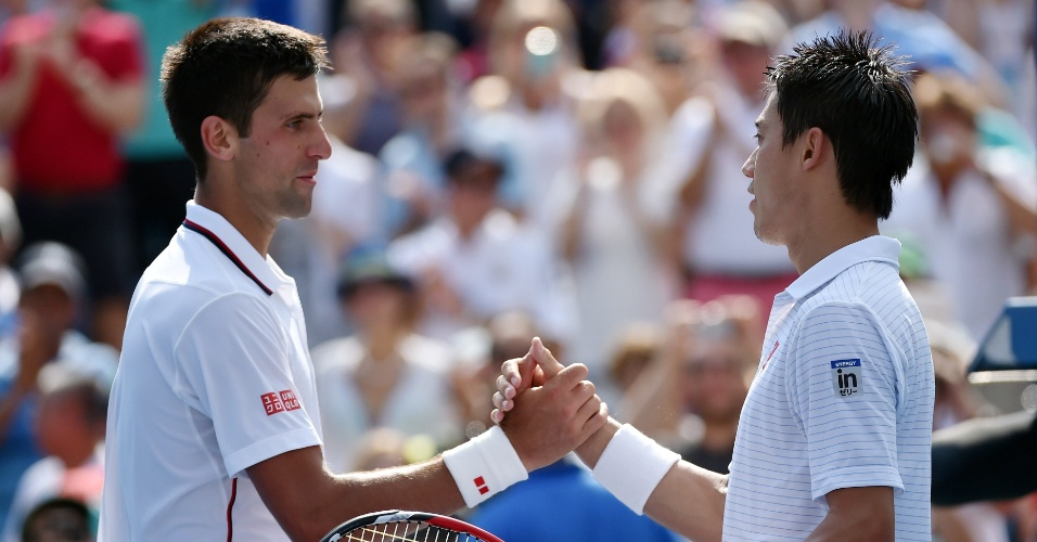 06. set. 2014 - Novak Djokovic e Nishikori dão as mãos após semifinal do Aberto dos Estados Unidos vencida pelo japonês, neste sábado (6)