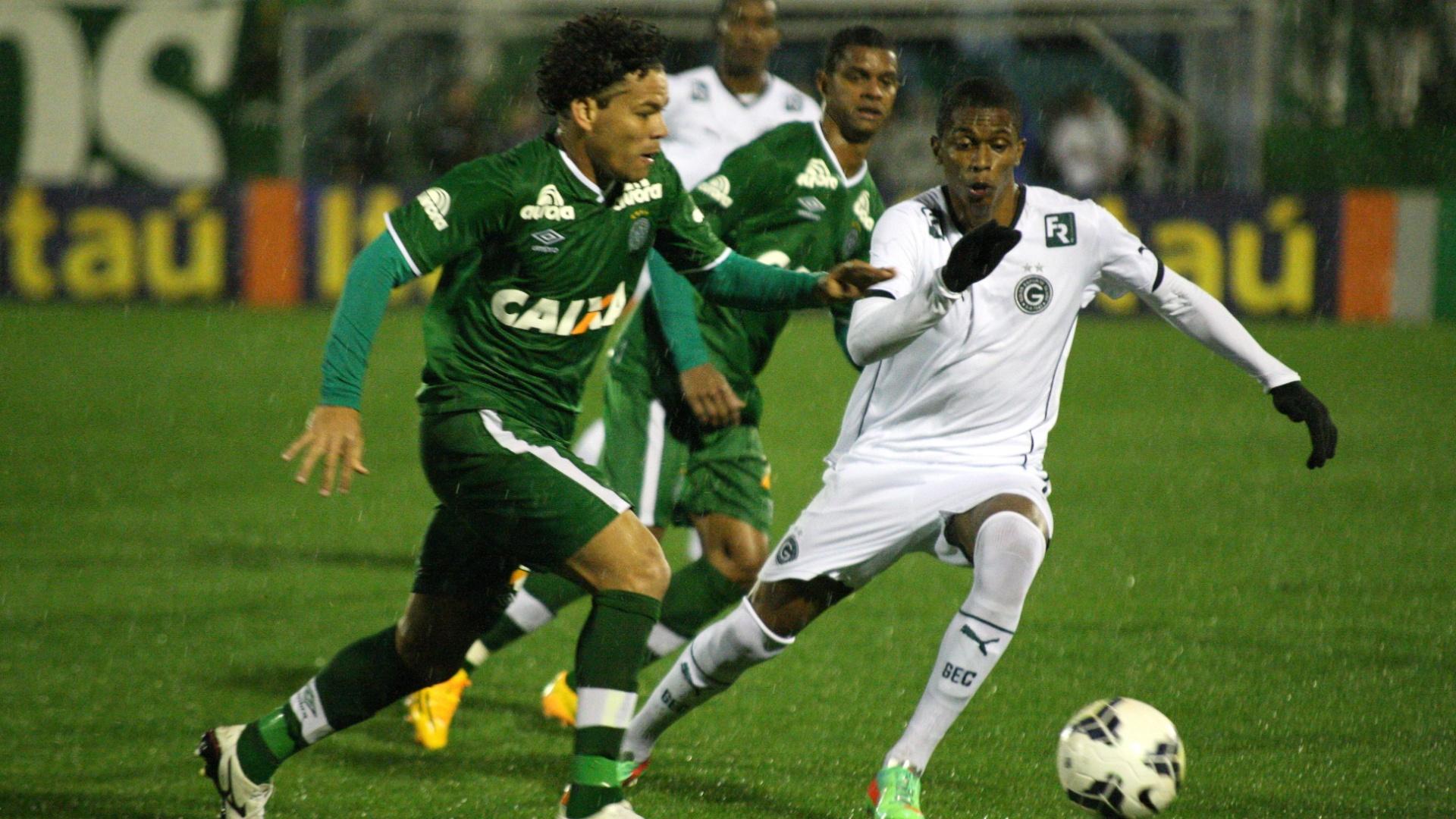 Thiago Mendes, do Goiás, tenta ficar com a bola e é marcado por Camilo, da Chapecoense, na partida entre as equipes pelo Campeonato Brasileiro