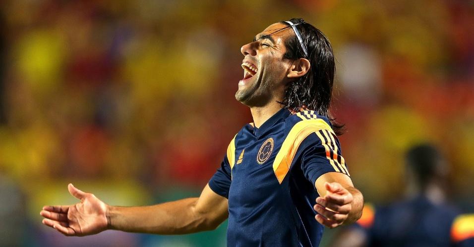 Antes do jogo, Falcao García abre o sorriso durante o aquecimento