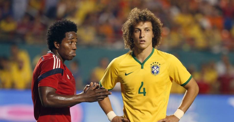 Carlos Sanches e David Luiz durante o jogo entre Brasil e Colômbia