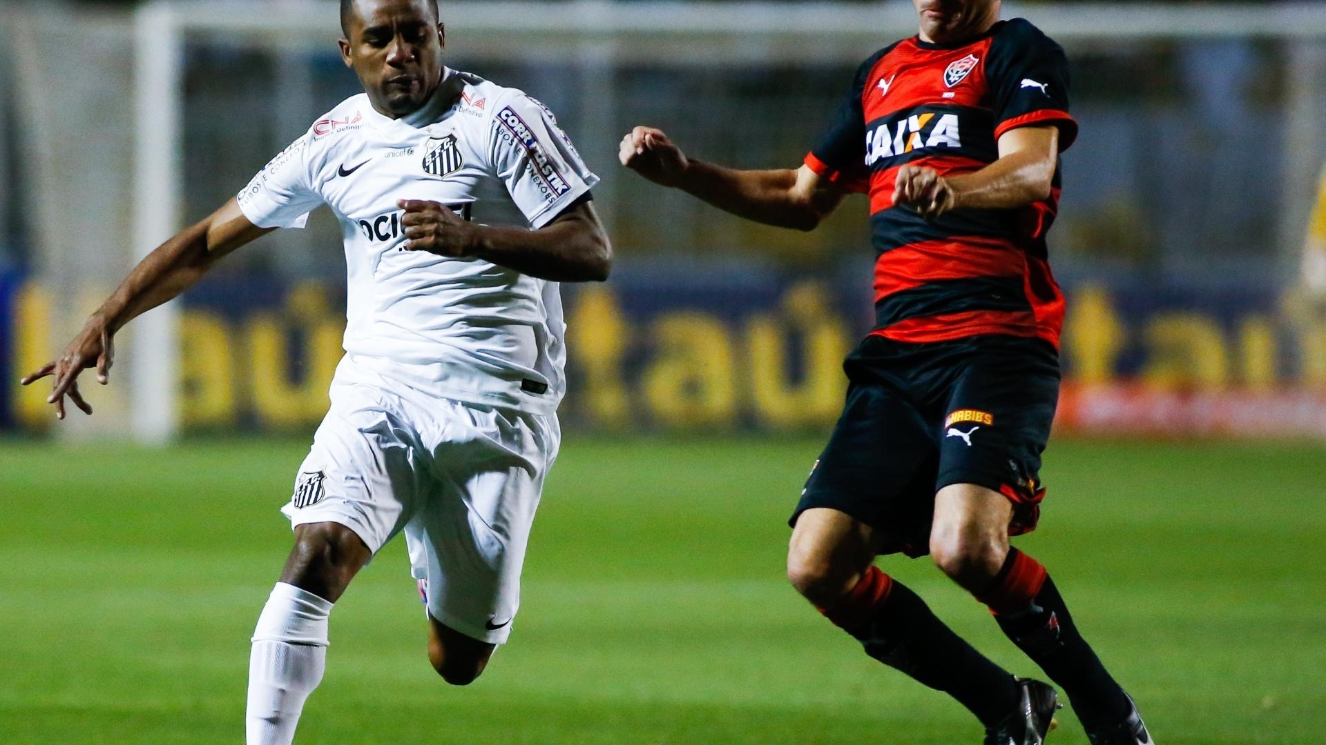 Cicinho tenta roubar a bola de Juan na partida entre Santos e Vitória pelo Brasileirão