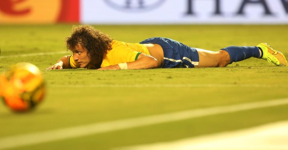 David Luiz deitado durante o jogo entre Brasil x Colômbia