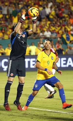 Diego Tardelli observa defesa do goleiro Ospina